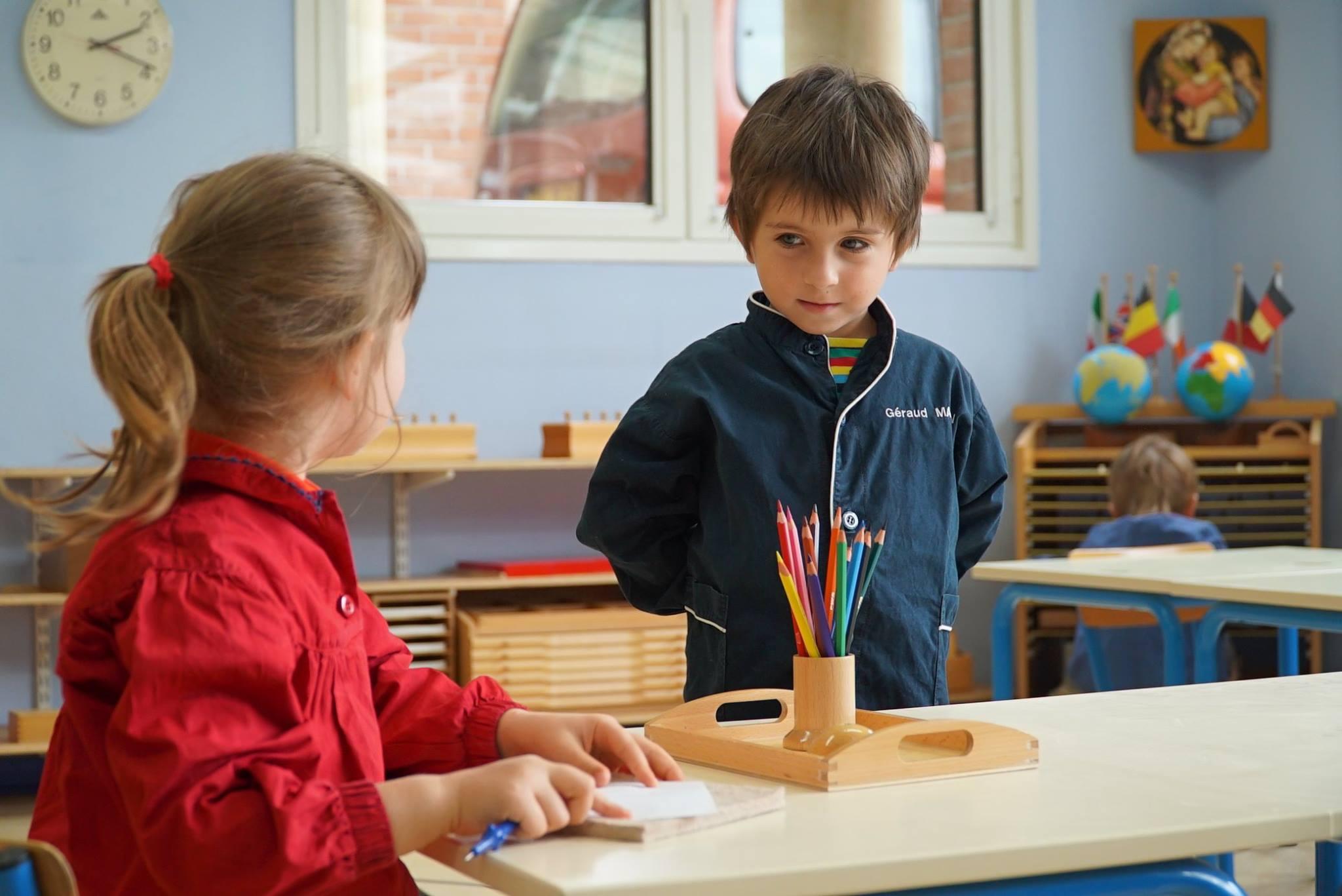 Enfant devant une table d'école